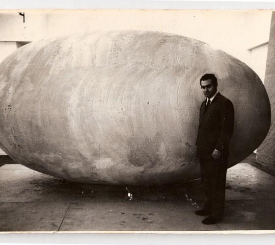 Federico Manuel Peralta Ramos junto a su obra Nosotros afuera, 1965.