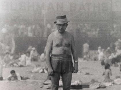 Diane Arbus. Hombre con sombrero, traje de baño, zoquetes y zapatos, Coney Island, Nueva York 1960 © The Estate of Diane Arbus, LLC.