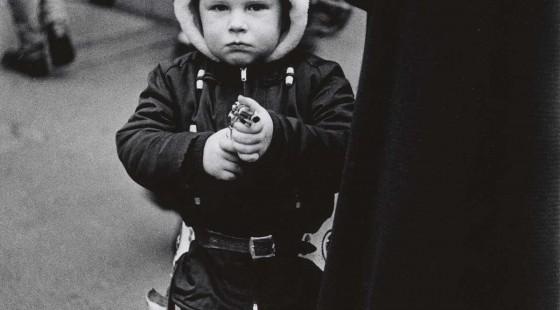 Diane-Arbus-7.-Kid-in-a-hooded-jacket-aiming-a-gun-N.Y.C.-1957