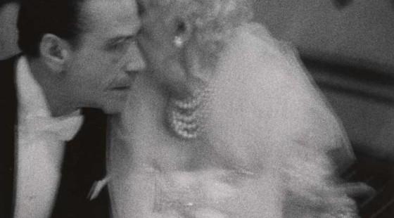 Diane Arbus. Elderly woman whispering to her dinner partner, Grand Opera Ball, N.Y.C. 1959. © The Estate of Diane Arbus, LLC. Todos los derechos reservados.